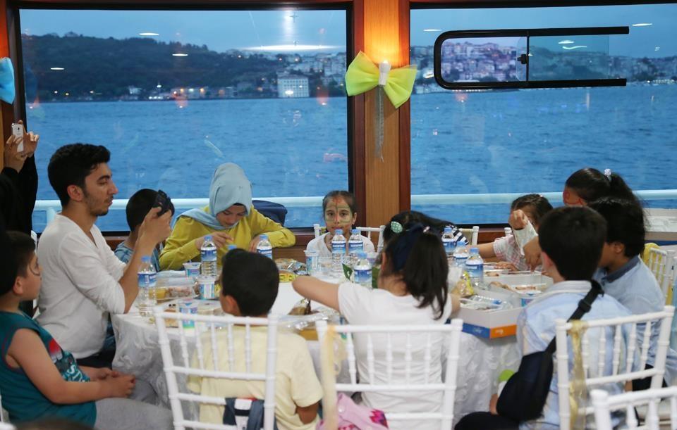 Esenler Belediye ilk kez oruç çocuk ailesi Ramazanı iftarları boğaz gezi vapur gemi
