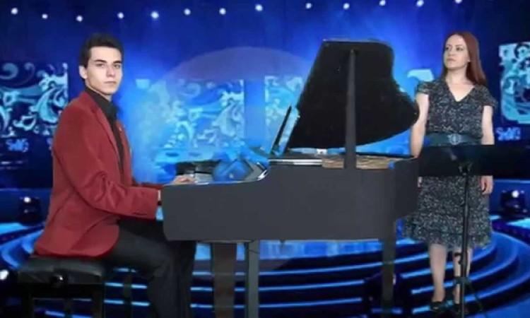 Senede Bir Gün Zeki Müren Şarkısı Piyano Vokal Videosu