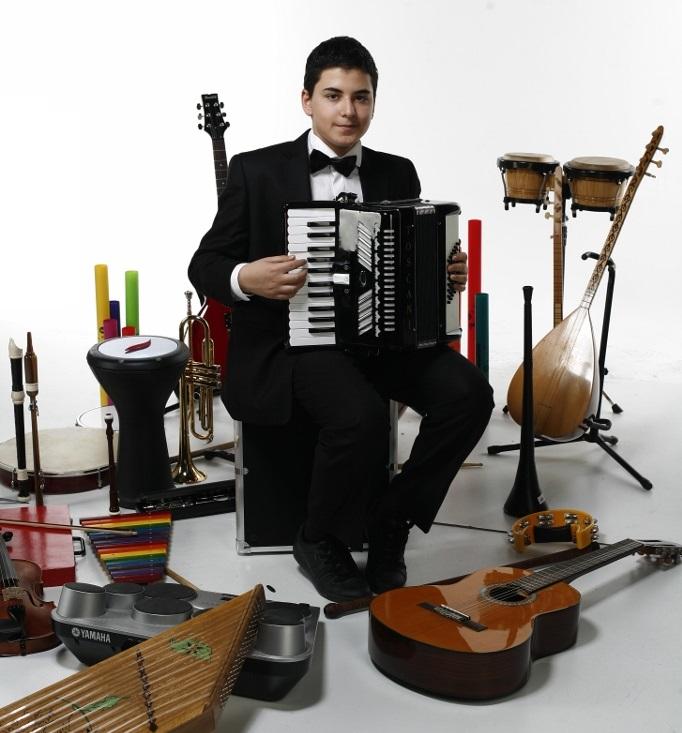 Güneş Yakartepe 14 yaşında 103 müzik alet enstruman çalıyor Piyano, Akerdeon, Klarnet, Mey, Gitar, Saksafon, Trompet, Darbuka, Kaval, Bongo