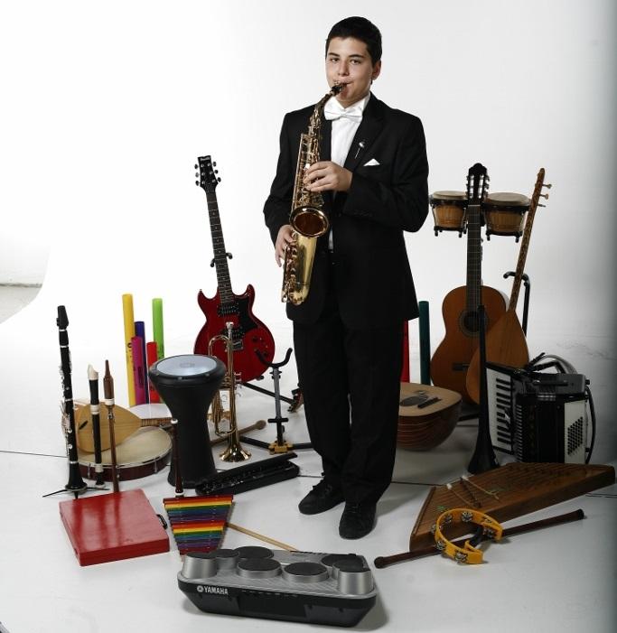 Güneş Yakartepe 14 yaşında ve 103 müzik alet enstruman çalıyor Piyano,Akerdeon, Klarnet, Mey, Gitar,Saksafon, Trompet, Darbuka, Kaval,Bongo (1)