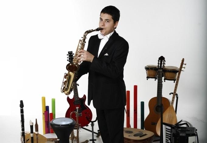 Güneş Yakartepe 14 yaşında ve 103 müzik alet enstruman çalıyor Piyano,Akerdeon, Klarnet, Mey, Gitar,Saksafon, Trompet, Darbuka, Kaval,Bongo (4)