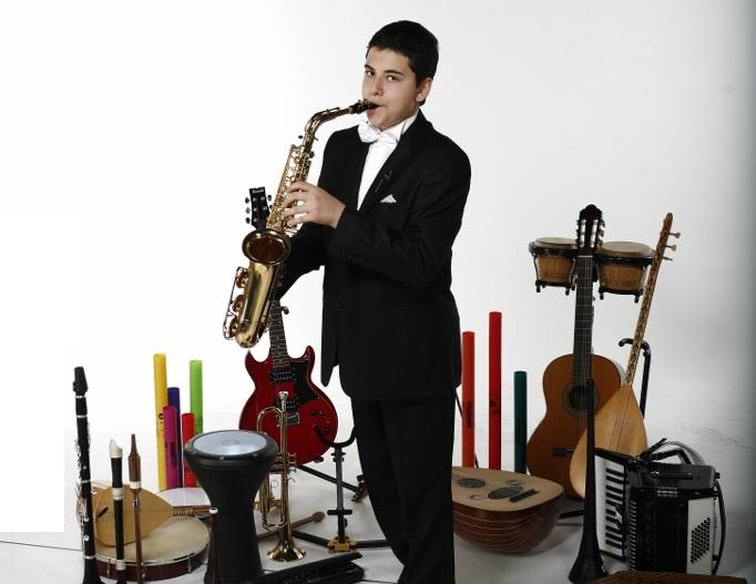 KORP Güneş Yakartepe 14 yaşında ve 103 müzik alet enstruman çalıyor Piyano,Akerdeon, Klarnet, Mey, Gitar,Saksafon, Trompet, Darbuka, Kaval,Bongo (5)
