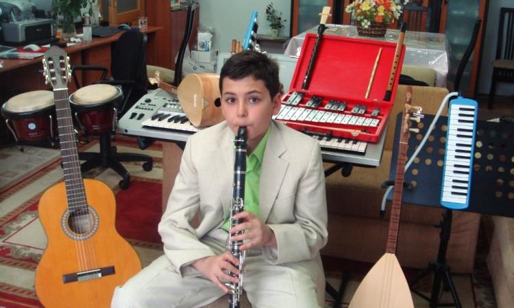 KlarnetKüçük Müzisyen Minik ufak Çocuk Güneş Yakartepe 11 13 Yaşları Televizyon Sahne Performansları Müzik Konserleri Gösteri sahne