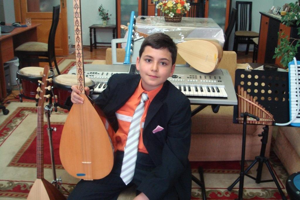 bağlama GÜNEŞ YAKARTEPE saz KONSERVATUVAR ÖNCESİ çocuk TV KONSER müzisyen PERFORMANSLARI