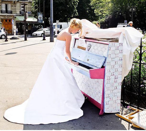 """Piyanonun Serbestçe Çalınması İçin Sokak, Cadde Ve Parklara Yerleştirilmiş """"Çal Beni, Seninim"""" (Play Me, I'm Yours) Projesi"""