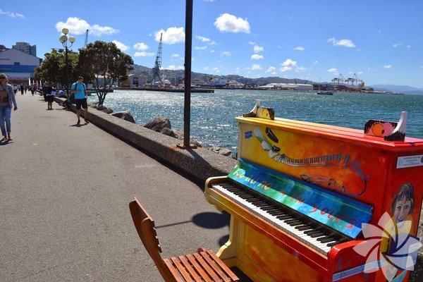 """Piyanon Serbes Çalmak İçin Sokak, Cadde, Parklara Yerleştirilmiş """"Çal Beni, Seninim"""" (Play Me, I'm Yours) Projesi"""