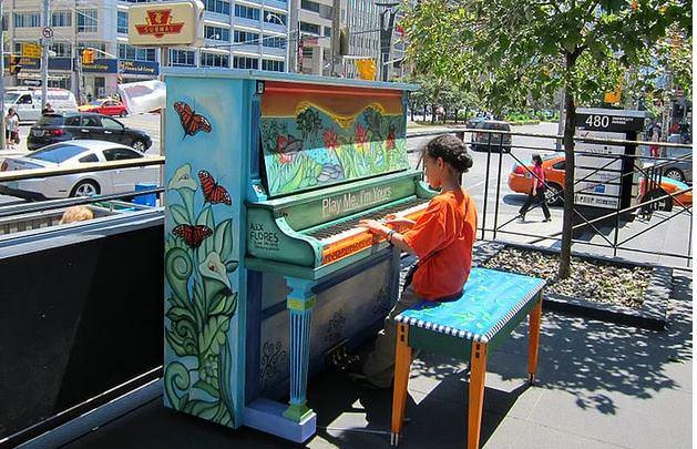 Piyanist Piyano Müzik   Nedir, Kimdir, Piyanonun Serbestçe Çalınması İçin Sokak, Cadde  Parklara Yerleştirilmiş Piyanolar