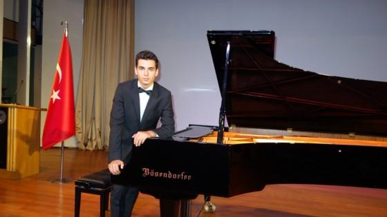 Genç e Piyano Resitali (Müzik konseri Öncesi) Kuyruklu Piyano İle