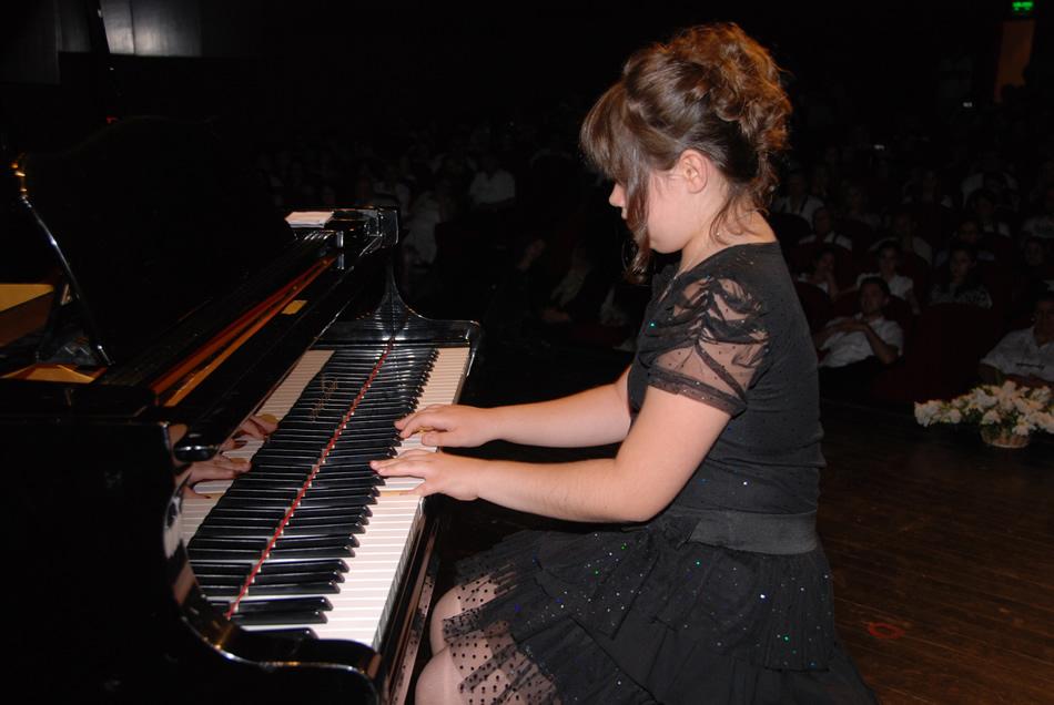 güneş yakartepe piyano genç piyanist müzikleri musikisi muzik piano piyano foto resim güzel kızı Müzik Süper Resitali PİYANİST Gösteri Konser Resital Nedir Kimdir