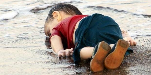AYLANIN ÇIĞLIĞI Beste Söz Güfte Aylan Alan Kurdi Arapça Kobani Bodrum Kürt Asıllı Suriye Küçük Çocuk Üç Yaşı Ailesi Bodrum bebek-icin-bodrumda-anma-eylemi