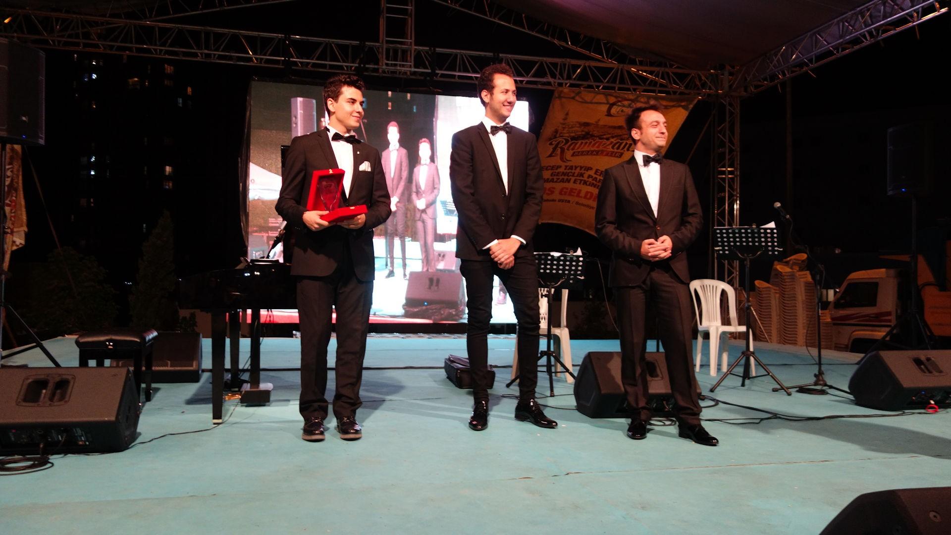 59. Genç Piyanist Güneş Yakartepe Plaket Ödül Alırken. Gaziosmanpaşa Ayı Tasavvufi Müzikleri Konseri Piano Etkinlik Dinleti. Grup PiyanoTurko 3
