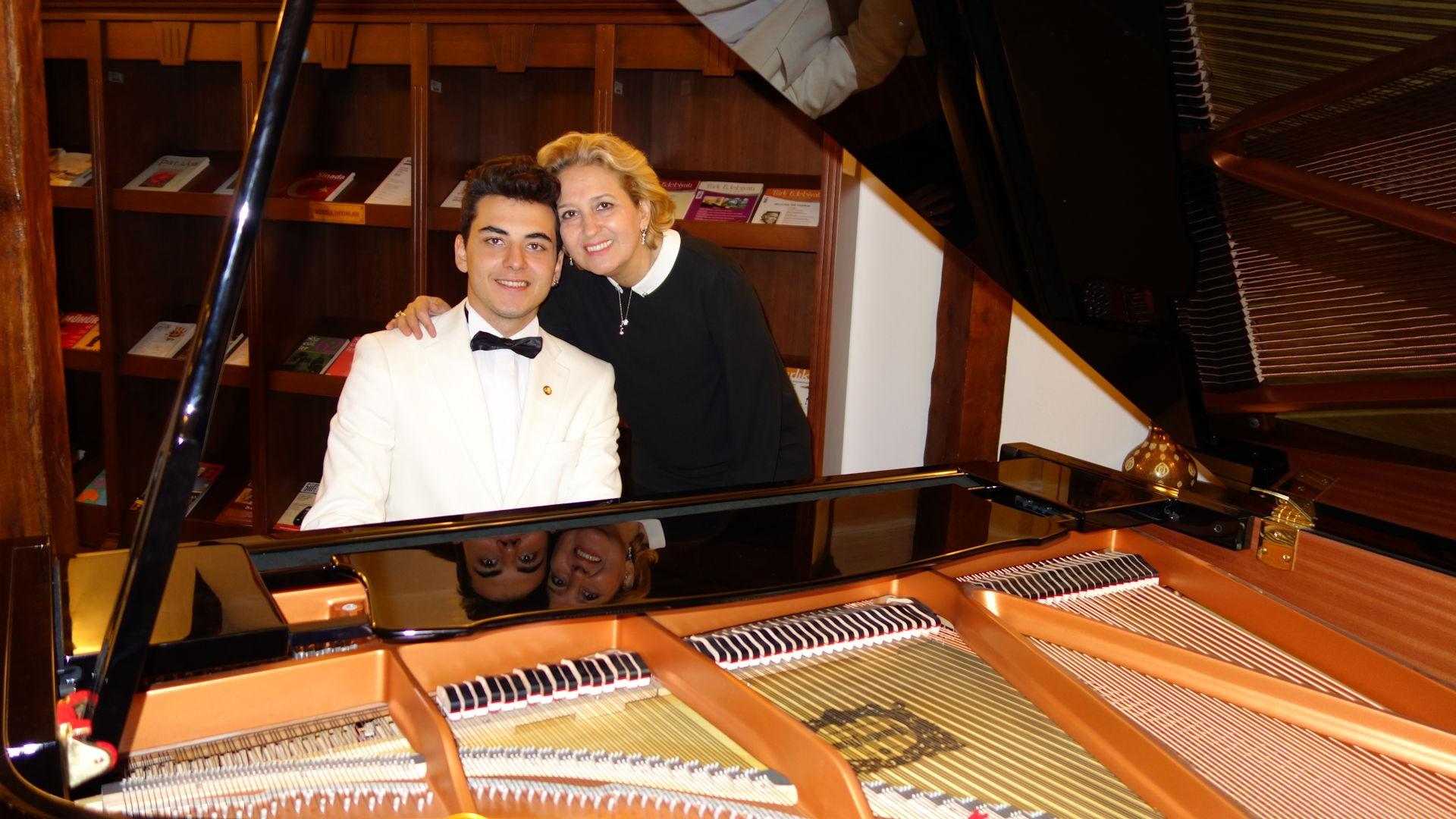 Genç Piyanist Güneş Yakartepe Annem Ile. Piyano İle Türküler Şarkılar Konseri Son Beş Yılda Konser Etkinlik Listesi 2011 2016