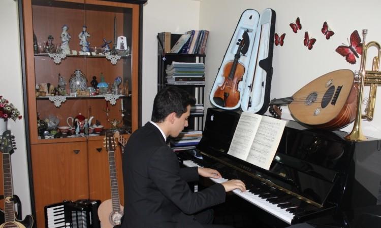 Piyanist Güneş Yakartepe Piyano İTÜ 95 Çalgı Çocuk Konser Koma Büyük Piano Musiki Perde Akustik Komalı Aleti