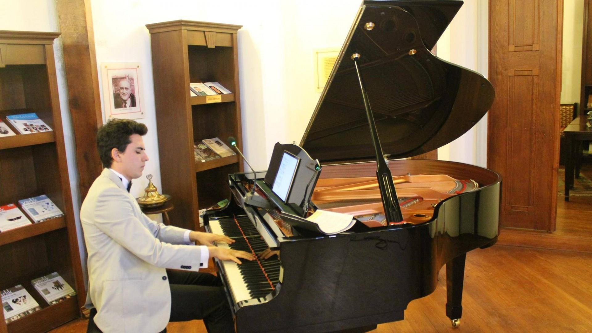 Güneş Yakartepe Kimdir Genç Şair Besteci Kısaca Ansiklopedik Piyanist Klasik Türk Sanat Müzik Piyano