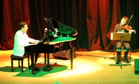 """NOCTURNE Keman ve Piyano için (NOCTURN For Piano Violin) Genç Piyanist-BesteciGüneş Yakartepe'nin Yeni Bestesi Konser Etkinliği 2019 Yeni Genç Besteler Öğrenci Konseri """"NOCTURN For Piano Violin"""" Genç Besteci: Güneş Yakartepe Klasik Batı Müziği Formu ile Notaya aldığı Yeni Çok Sesli Bestesi, Genç Piyanist Güneş Yakartepe """" NOCTURNE FOR PİANO VİOLİN (Nokturn Piyano ve Keman) ÇokSesli Bestesini Solo Piyano Formu ile Kuyruklu Piyano ile Çaldı. Keman ona eşlik etti. Piyanist Güneş Yakartepe, Piyano ve Müzik Severler ile Bir Araya Geliyor. Kendi Bestelerinin yanısıra Halk müziğinden, Film Müziklerine Geniş Bir Repertuvara Sahip, Genç Müzisyen, Sanatseverlere Zengin Bir Müzikal Dinleti Ziyafet Vad Ediyor. Çok sevilen Musikilerimizi ve Genç Bestecimizin Yeni Bestelerini, Piyano ile Dinleyince Umarım Güzel Bulursunuz, Umarım Hoşunuza Gider. Konser Repertuvarı: Klasik Batı Müziği, Klasik Türk Osmanlı Musikisi, Türk Sanat ve Halk Müziği, Türk- Yeşilçam ve Yabancı Film Müzikleri, Müzikal ve Dizi Müzikleri, Pop ve Tango Şarkıları, Unutulmayan Nostalji Eserleri ve Genç Besteci Son Bestelediği Yeni Besteleri Etkinlik No: 65 Piyano Her Telden Konseri Konser Repertuvarı: Klasik Batı Müziği, Türk Halk-Sanat Müziği, Pop Müzik, Türk, Yabancı ve Sinema Film Müzikleri, Osmanlı ve Mehter Marşları, Tasavvuf Dini Musiki ve Yeni Bestelenmiş eserler Genç Piyanist GÜNEŞ YAKARTEPE ve Grup PiyanoTürk Bestesini Piyanistimizİn Yaptığı Eseri Dinleyince Umarım Güzel Bulursunuz, Hoşunuza Gider Genc Bestekar Beste Denemeleri Eserleri. Piyano Nota ve Düzenleme: Güneş Yakartepe BESTE VE GUNES YAKARTEPE BESTECİ HAKKINDA BİLGİLER. GENÇ BESTECİ GÜNEŞ YAKARTEPE KİMDİR? BİYOGRAFİ ve MÜZİK HAYATI; 1997 yılında İstanbul'da doğdu. İlköğrenimini 8. sınıfa kadar İncirli Ahmet Hamdi Tanpınar İlköğretim Okulu'nda sürdürdü. Müziğe 9 yaşında başladı. Hobi amaçlı çok sayıda enstrüman çaldı. Bunlarda ustalık hedeflemese de herbirinden çıkan sesleri ve nota sistemini tanımak kendisine avantaj sağladı. Kulaktan duyma ve """